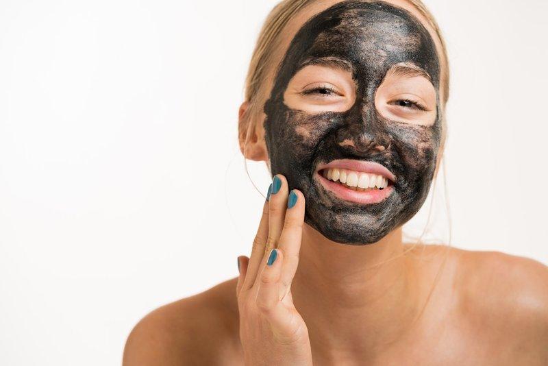 Девушка с маской из активированного угля