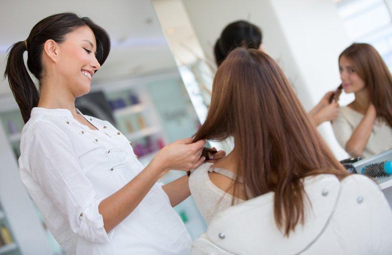 Девушка на приеме у парикмахера