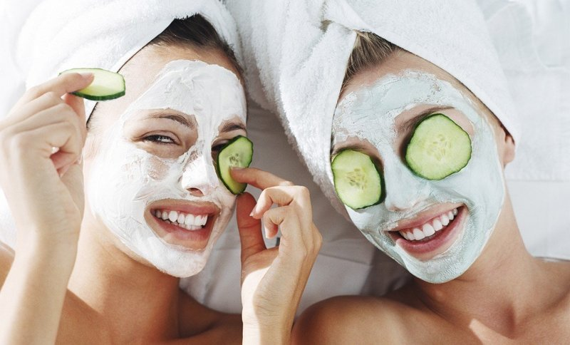 Две девушки с очищающими масками на лицах