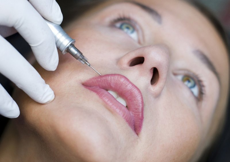 Процедура нанесения пигмента на губы