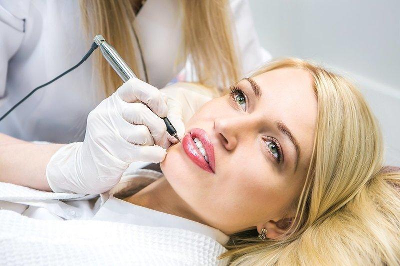Девушка на процедуре по татуажу губ