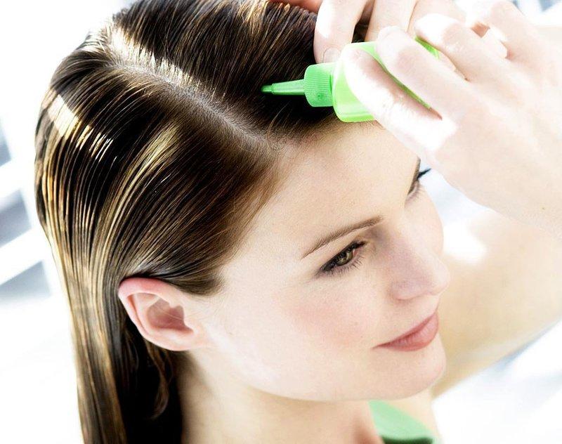 Нанесение витаминной смеси на волосы