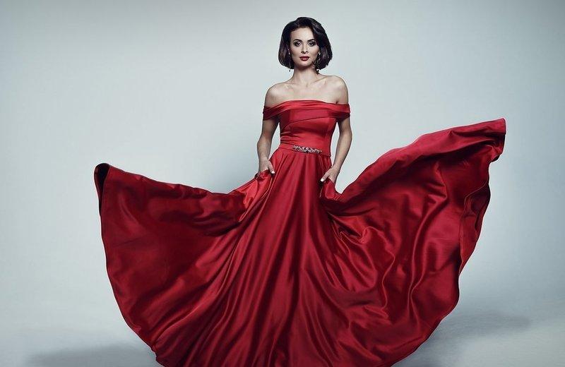 Красное платье из атласа
