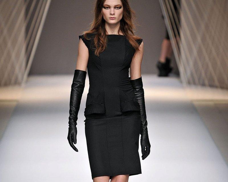 Черное платье в сочетании с перчатками