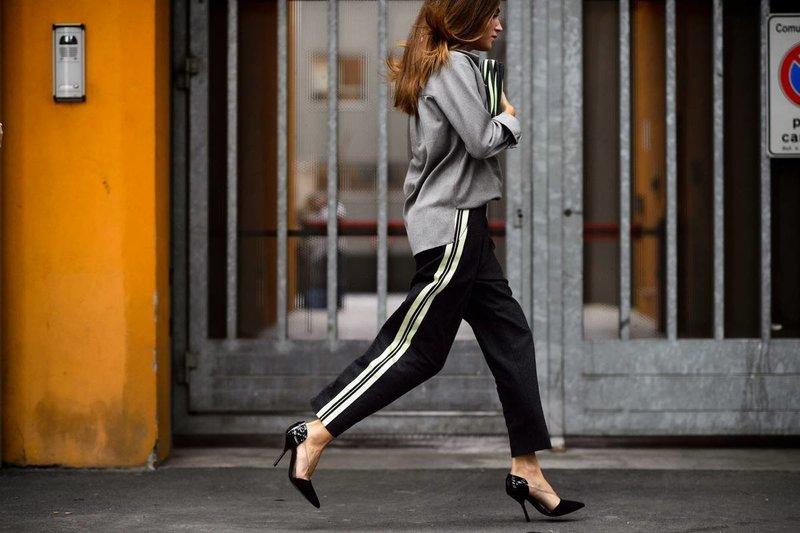 Модная девушка, одетая в стиле спорт-шик