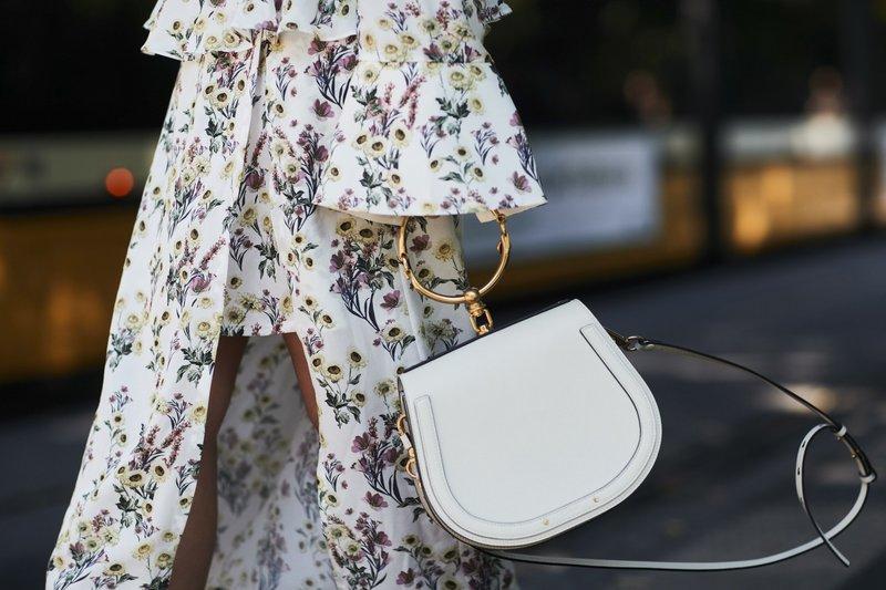 Маленькая сумка белого цвета