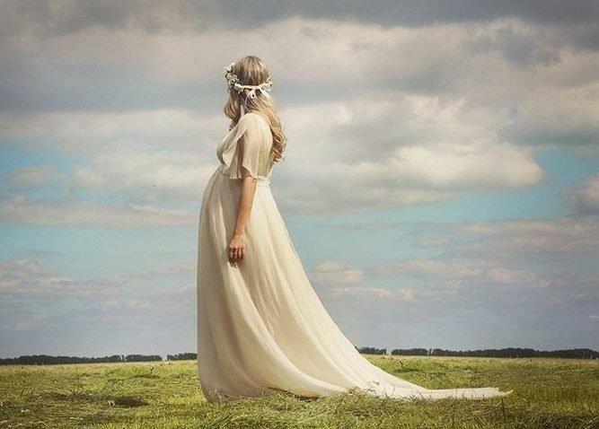 Беременная в пудровом платье