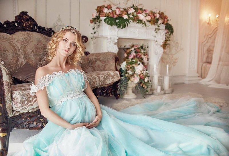 Невеста в цветном свадебном платье