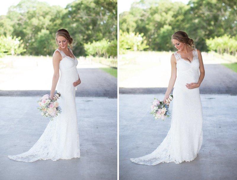 Беременная в свадебном платье с декольте