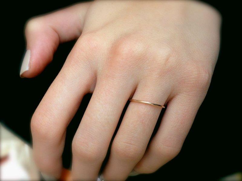 Нежное обручальное колечко на женской руке