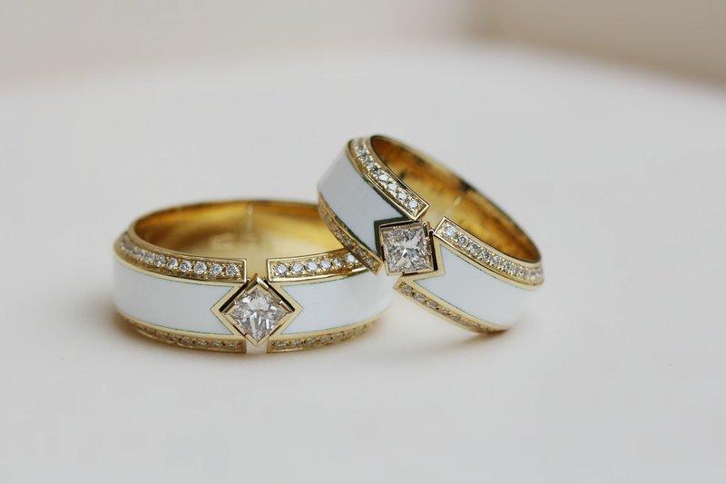 Обручальные кольца с белой эмалью