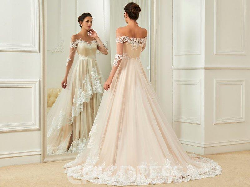 Беременная в свадебном платье слоновой кости
