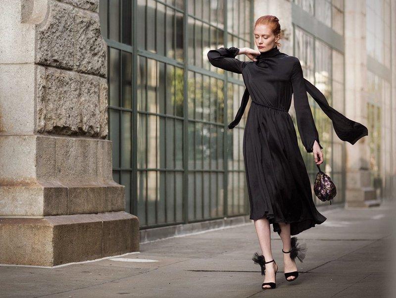 Черное платье с акцентом на талии
