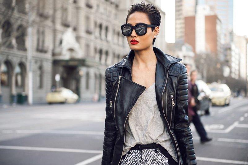 Красивая девушка в модных очках