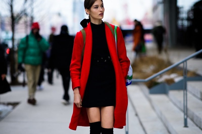 Черное платье с красным пальто