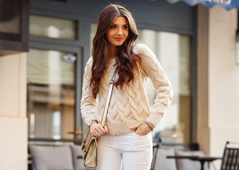 Девушка в вязаном свитере весной