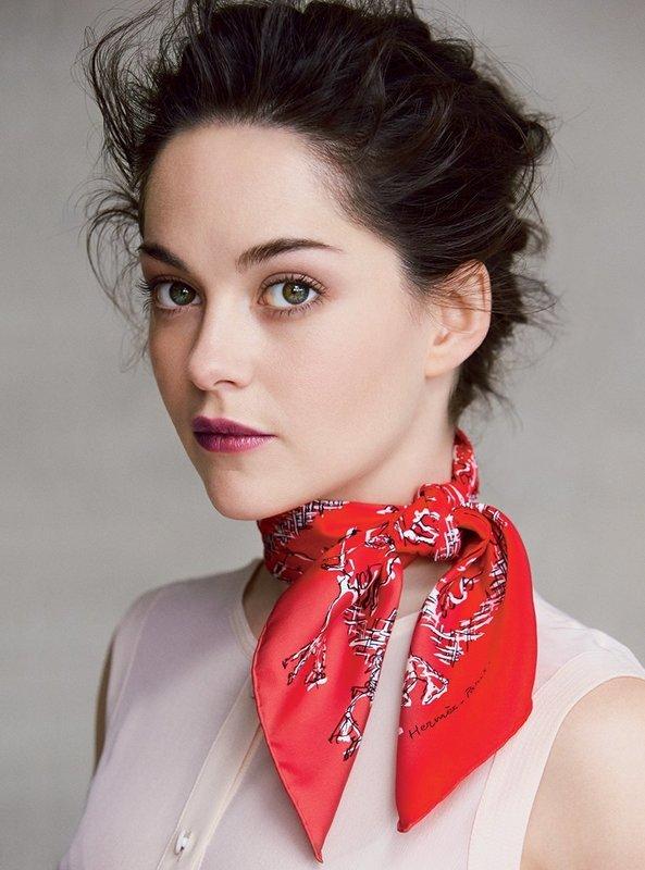 Завязанный на шею шарф