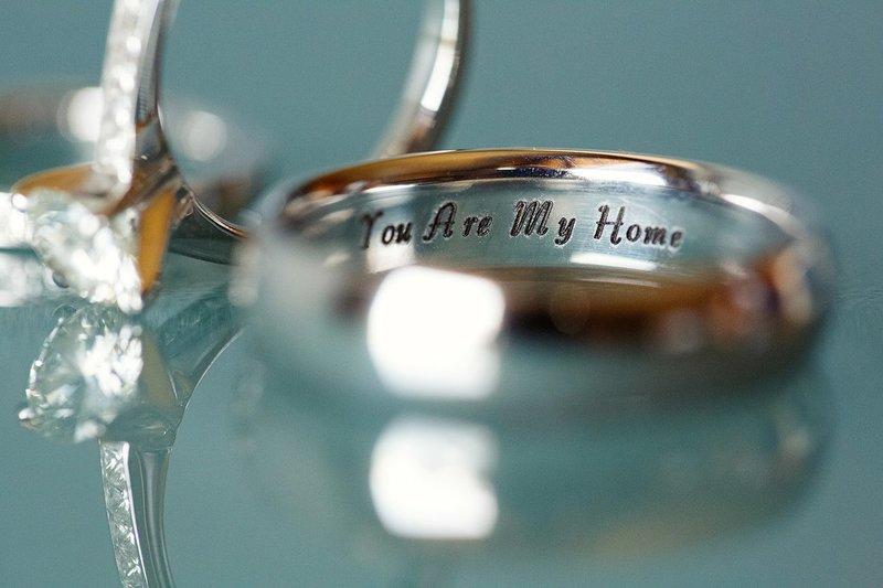 Романтическая надпись на свадебных кольцах