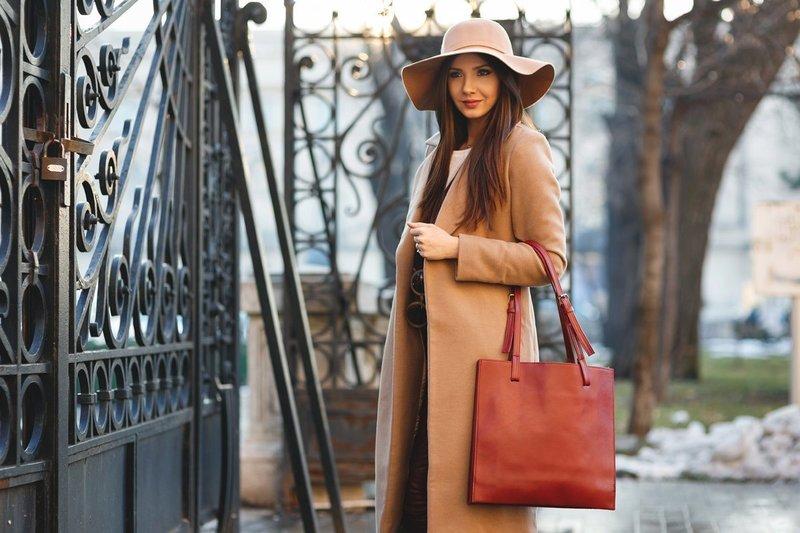Стильная девушка в бежевой шляпе