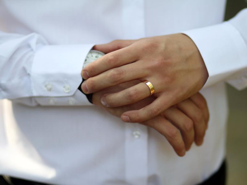 Классическое обручальное кольцо на мужчине