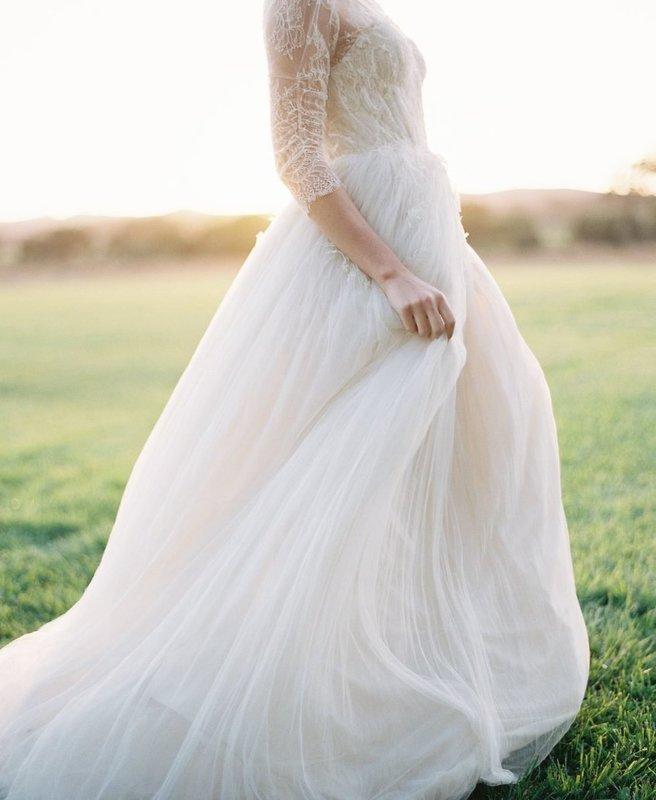 Беременная в пышном свадебном платье