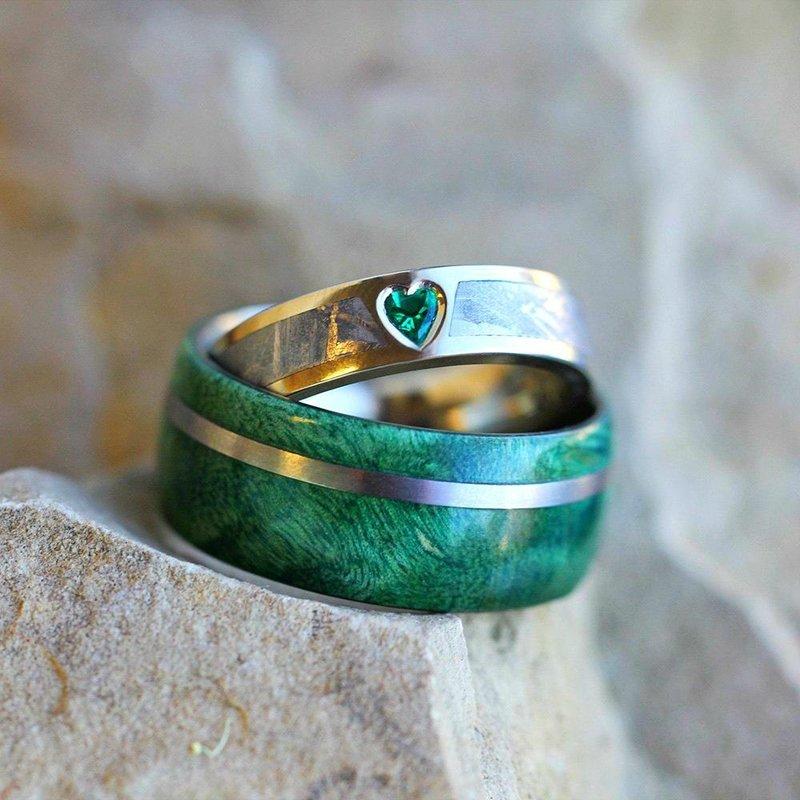 Кольца с эмалью изумрудного цвета