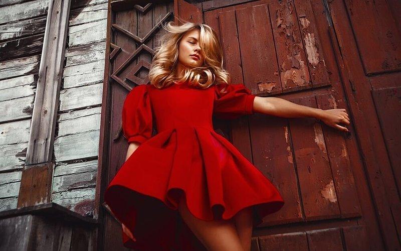 Модный образ в коротком красном платье