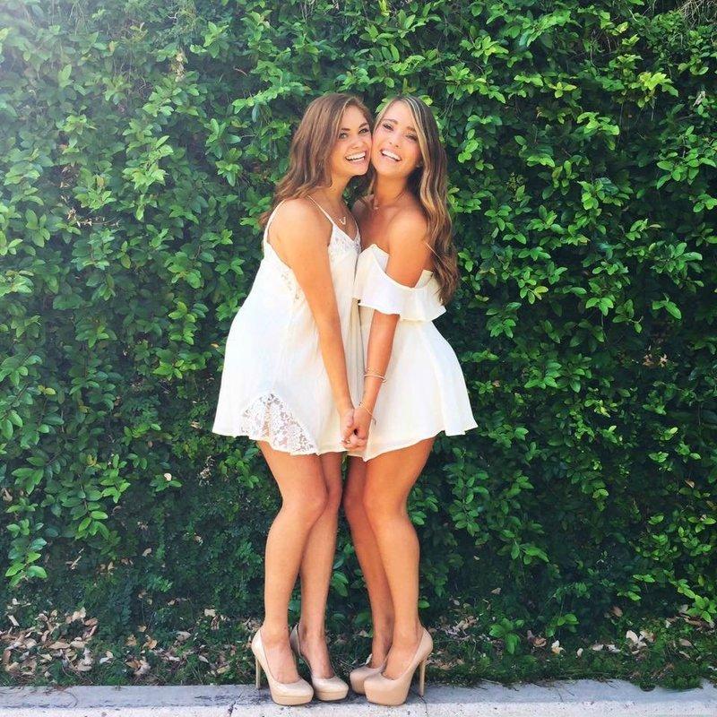 Женственные короткие платья