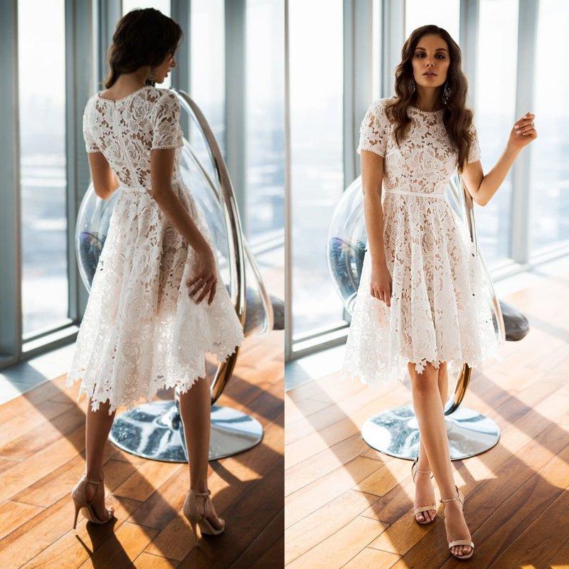 Короткое платье белого цвета