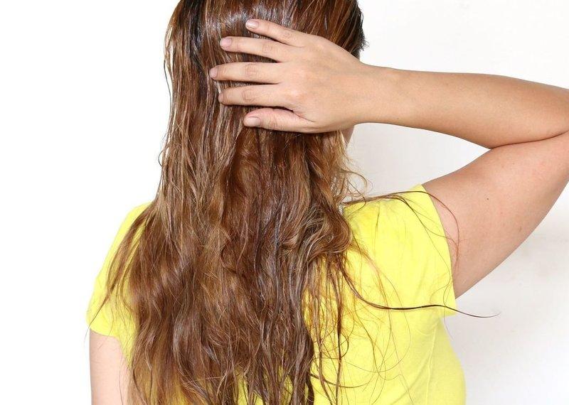 Нанесение миндального масла на волосы
