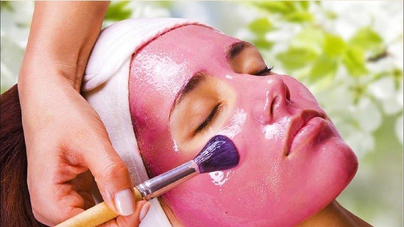 Нанесение маски из клубники на жирную кожу лица