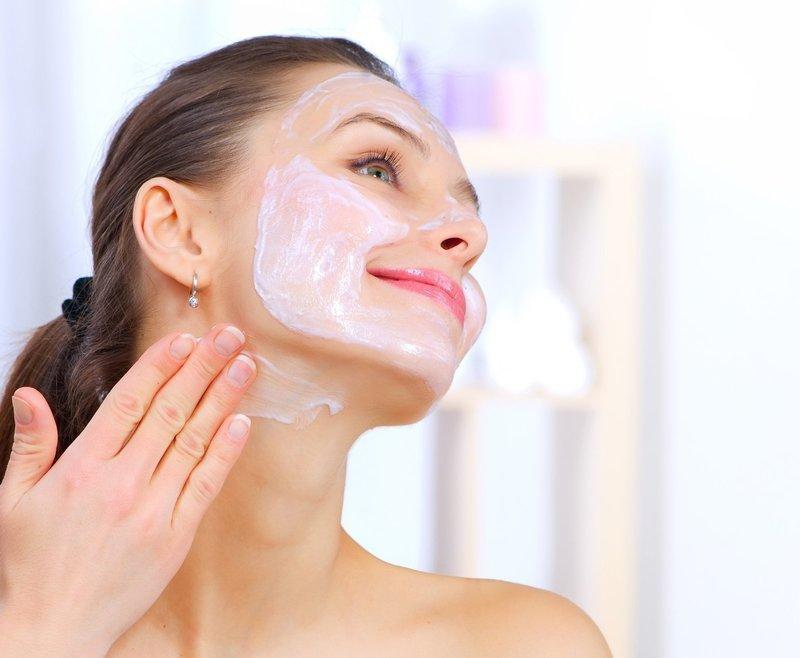 Нанесение клубничной маски на лицо и шею