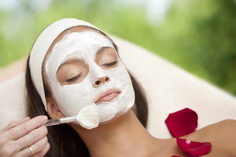 Процесс нанесения домашней маски на лицо