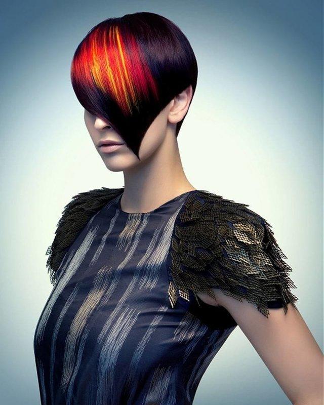 Девушка с косой удлиненной челкой