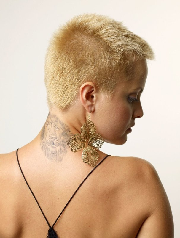 Девушка со стрижкой ежик: вид сзади