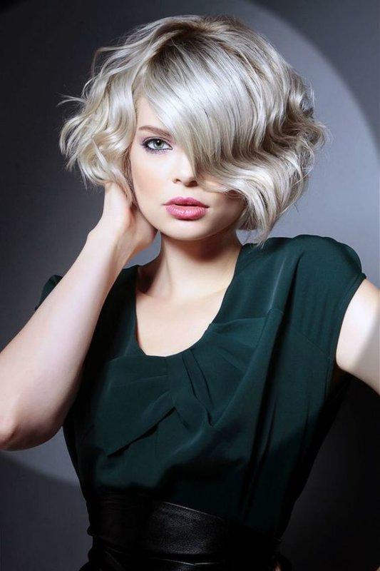 Девушка с асимметричным каре на короткие вьющиеся волосы
