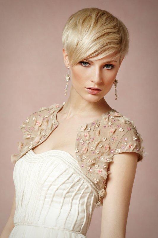 Девушка со стрижкой пикси и удлиненной косой челкой
