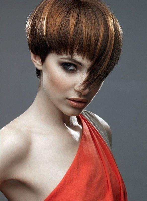 Девушка с асимметричной стрижкой шапочка