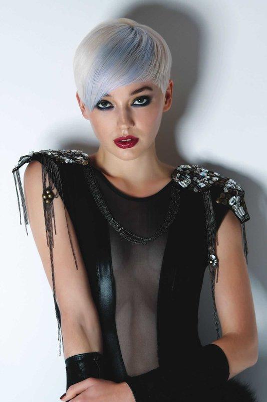 Девушка со стрижкой пикси и асимметричной челкой