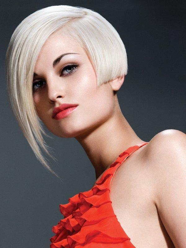 Девушка с асимметричным каре и косой челкой