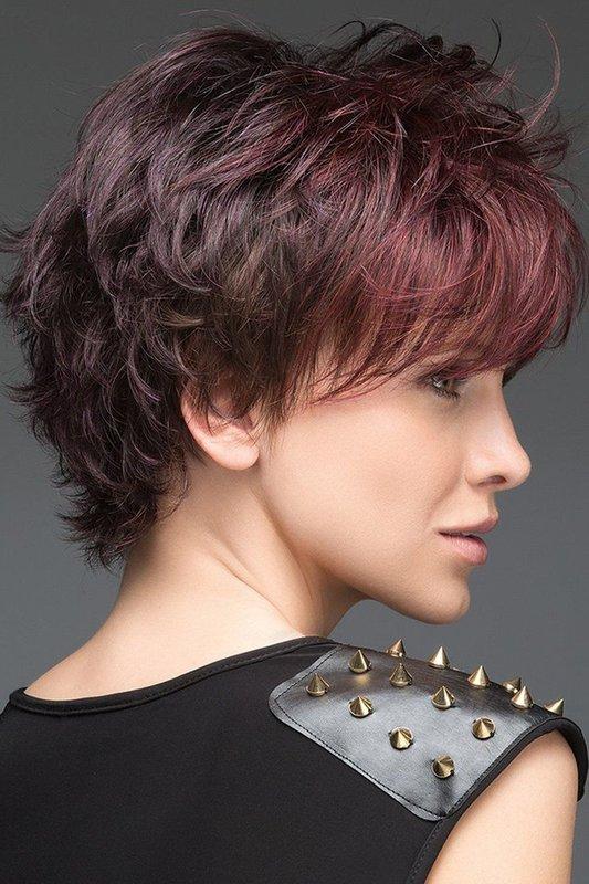 Девушка со стрижкой Shag и косой челкой