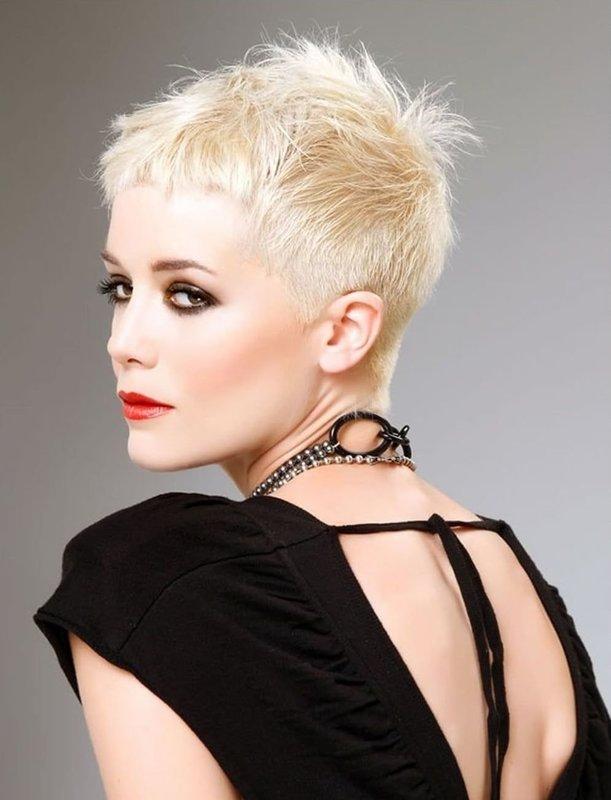 Девушка с ультракороткой стрижкой пикси на светлых волосах