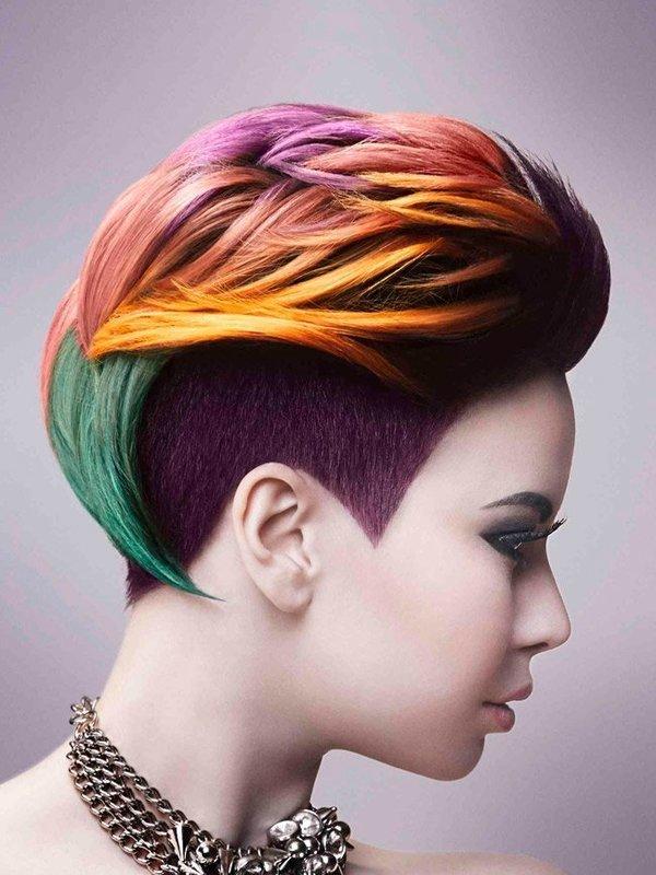 Девушка с креативным окрашиванием волос