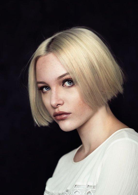 Девушка с классическим каре на короткие волосы