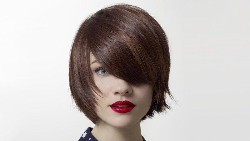 Девушка с каре на короткие волосы