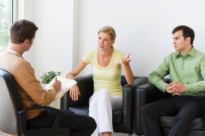 Визит к психологу - хорошая попытка восстановить мир в семье после измены.