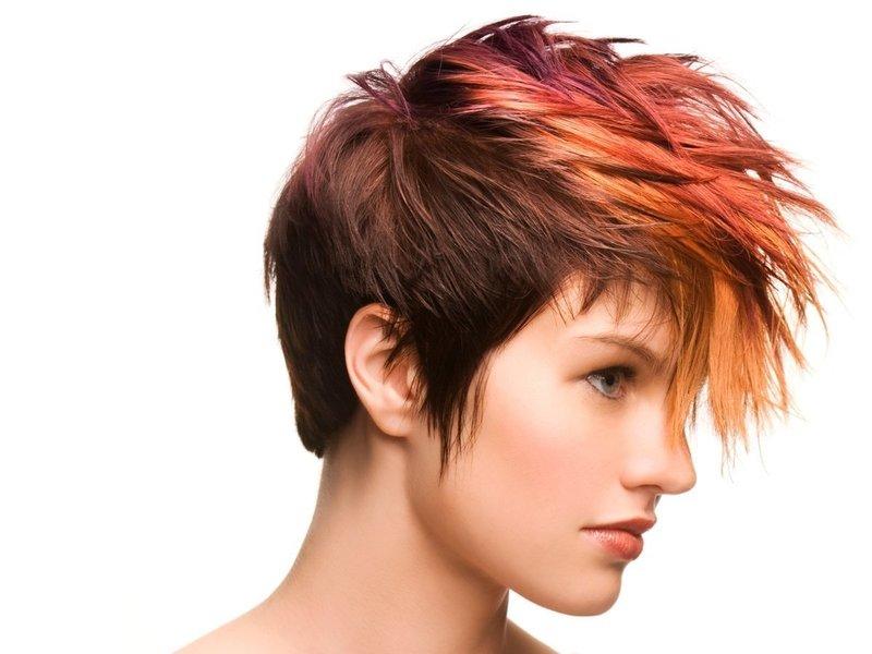 Девушка с креативной стрижкой на короткие волосы