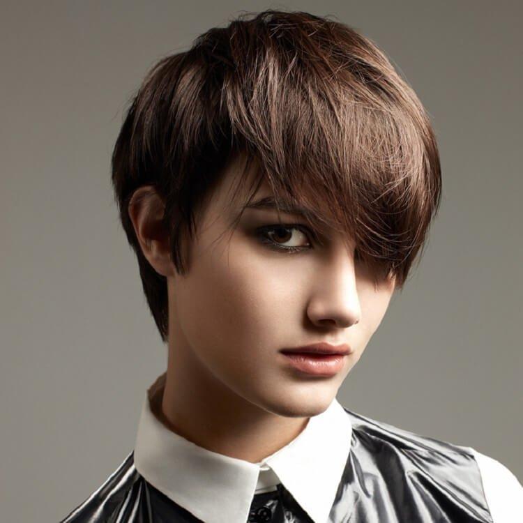 Девушка со стрижкой гарсон и косой челкой