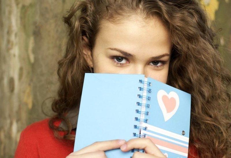 Девушка с дневником