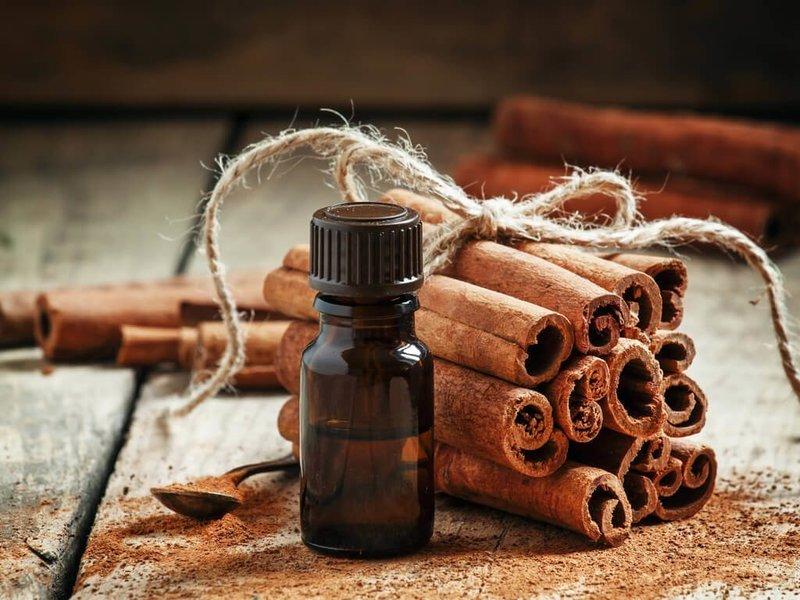 Коричные палочки и эфирное масло